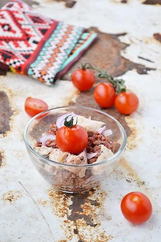 салат из красного риса с печенью трески.8