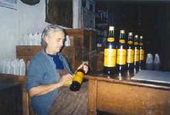 María Dolores adecentando unas botellas de Brandy del Maestrazgo.
