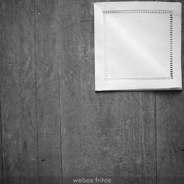 Cómo presentar los cubiertos con una servilleta - Paso 4