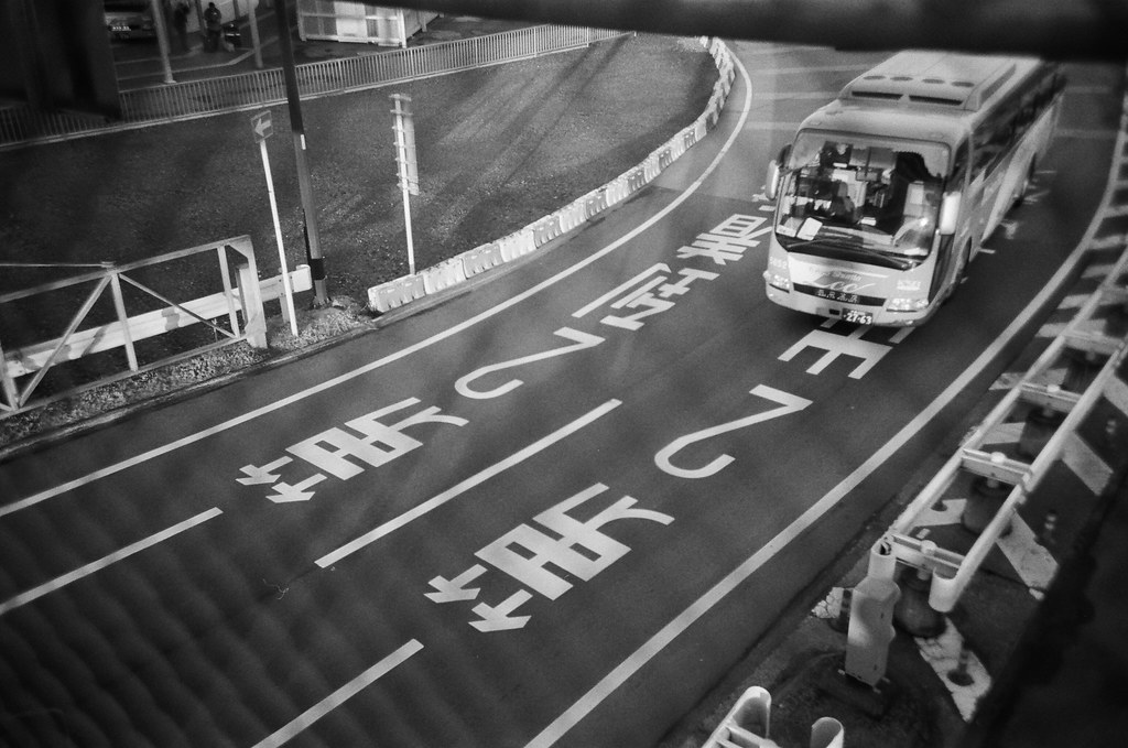 Narita Air Port NRT, Japan / Kodak TRI-X / Lomo LC-A+ 跑進我的畫面、跑進我的視線,想要用一個沈重的嘶吼壓過。  喔,不可能!不會讓妳得逞!  Lomo LC-A+ Kodak TRI-X 400 / 400TX 8561-0019 2016/01/31 Photo by Toomore
