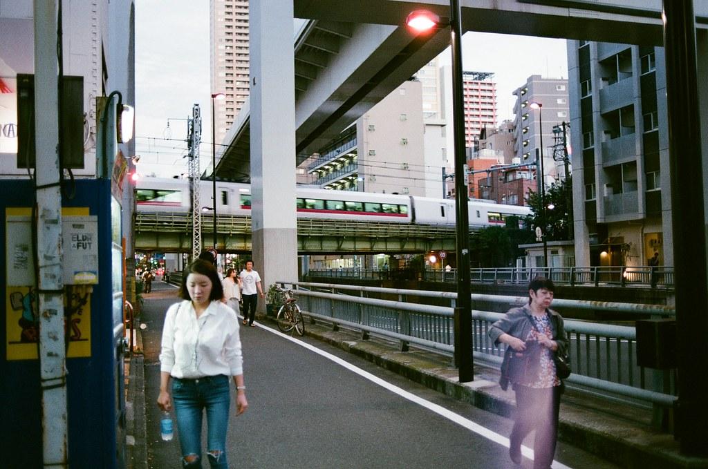 西日暮里 Tokyo, Japan / AGFA VISTAPlus / Nikon FM2 每次從成田機場進東京都很好奇窗外是哪裡,原來這一段是西日暮里。  下次再進出東京時,一定會想起曾經在這裡流浪過。  Nikon FM2 Nikon AI AF Nikkor 35mm F/2D AGFA VISTAPlus ISO400 0994-0032 2015/09/30 Photo by Toomore