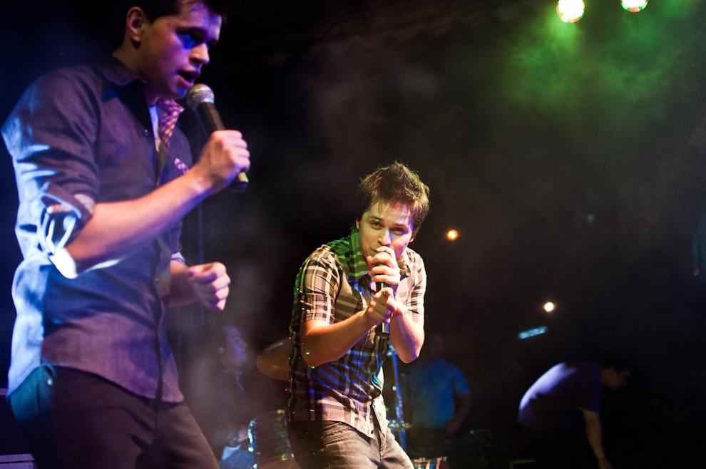 """El vocalista del grupo paraguayo """"Rumberos"""" saluda a la cámara durante el concierto ofrecido al público presente en la edición 2012 del Chopp Fest de Colonia Obligado. (Elton Núñez)"""