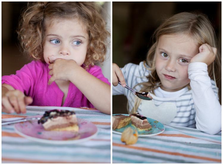 Las dos comiendo tarta mosaico BLOG