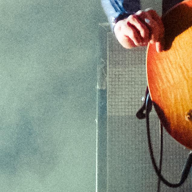Hoe Anne Soldaat zijn Gibson Les Paul vasthoudt