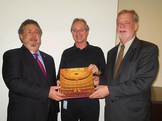 Cónsul General  Miguel Torrens y Larry P Alford en la entrega de Libros a Bibliotecas Universitarias en Toronto