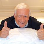 Il prof. Hademar Bankhofer con il sistema letto Wenatex