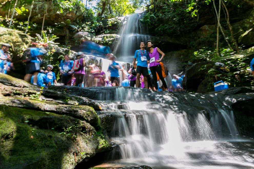 Muchos participantes se refrescaban en esta cascada luego de marcar sus fichas en uno de los puestos de control y aprovechaban la belleza del lugar para sacarse fotos y descansar antes de proseguir con la carrera. (Tetsu Espósito).