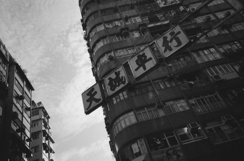 旺角 Hong Kong / Ultrafine Extreme / Lomo LC-A+ 香港路上的店家招牌都可以長出來到馬路上,有種可以無限延伸的權利。  但這裡好像沒有規定冷氣水不能直直滴個不停。  Lomo LC-A+ Ultrafine Extreme 400 0287-0005 2016-06-17 ~ 2016-06-19 Photo by Toomore
