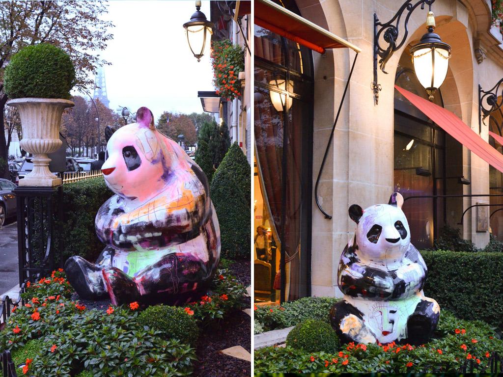 Les pandas de Julien Marinetti devant le Plaza Athénée