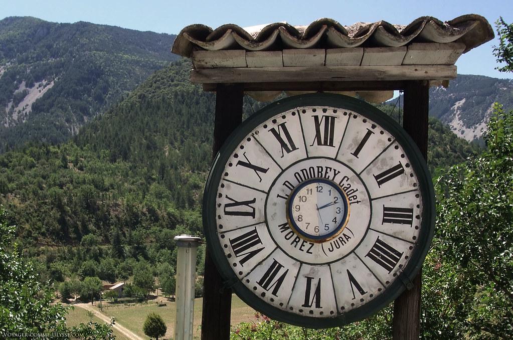 Cette ancienne horloge LD Odobey Cadet remaniée siège fièrement au bord de la départementale, face à la maison de son propriétaire.