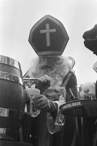 Sinterklaas tapt miljoenste glas bier by Nationaal Archief
