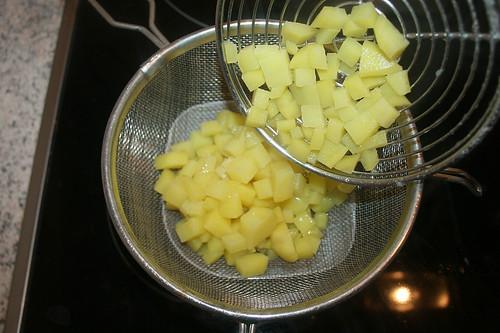 25 - Kartoffelwürfel abtropfen lassen / Drain potatoes