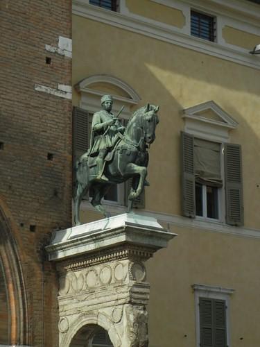 DSCN4032 _ Statue of Marchese Niccolo III d'Este, Palazzo Municipale, Ferrara, 17 October