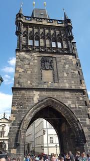 Image of Karlův most. meseagosto allaperto architettura arco edificio torre facciata corpodiguardia guardia ponte repceca praga moldava ponteadarco pietra peterparler parler