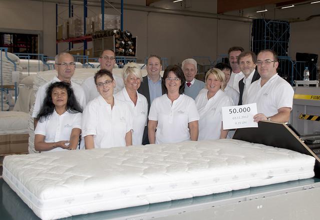 Das Produktions-Team im Wenatex-Werk Ranshofen mit der fünfzigtausendsten Matratze