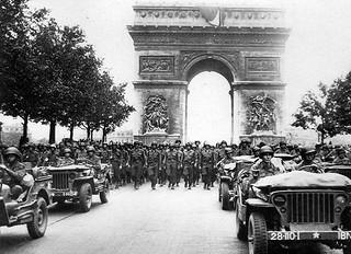Anonymes WW2 Europe - Troupes Americaines Avenue des Champs Elysées - été 44 - Paris