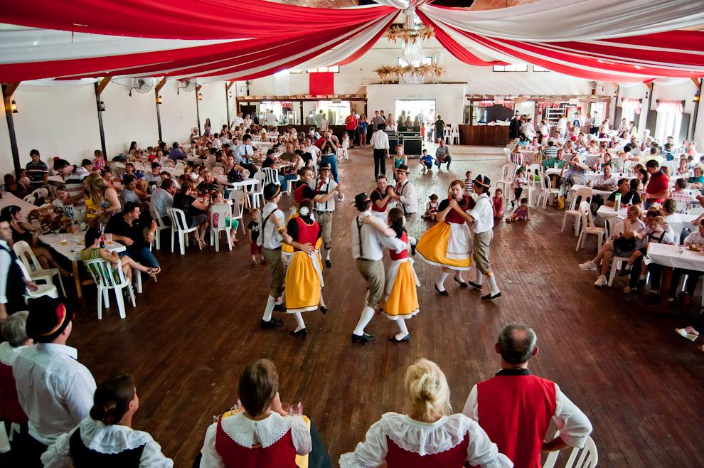 Bailarines de la colectividad alemana 25 de Mayo de Misiones Argentina, realizaron varias actuaciones y danzas tradicionales para entretener al público mientras se servía el almuerzo en la mañana del 11 de Noviembre, en la sede socia del Club Alemán de Colonia Obligado. (Elton Núñez)