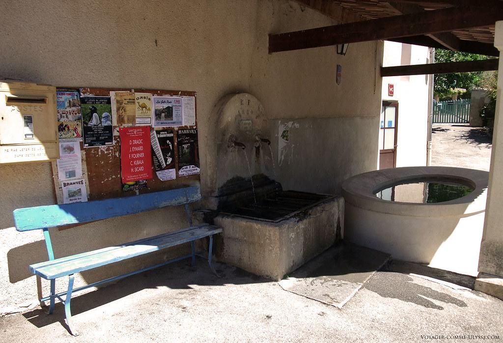 La fontaine et le lavoir ovale. Il n'y avait pas de toit auparavant.