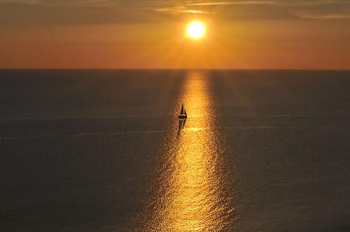 le voilier et le soleil couchant