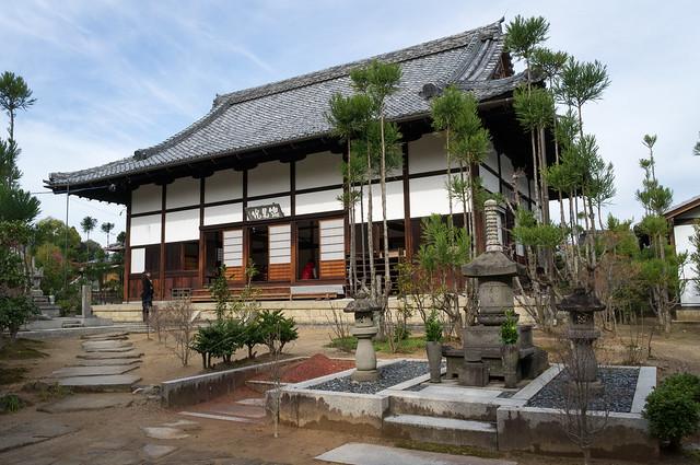 総見院 茶筅塚と本堂