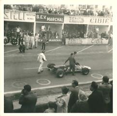 Graham Hill à reims à côté de la MATRA FORD  MS7  châssis 01 de Jackie Stewart TROPHEE DE FRANCE F2 1968