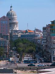 El Hotel Sevilla-Biltmore y la cúpula del Capitolio Nacional al otro lado de la bahía, en La Habana Vieja, Cuba, 2007.
