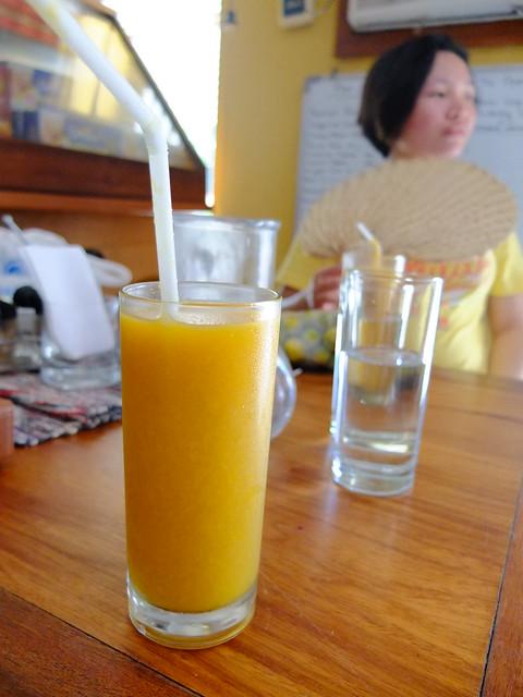 又熱又累的我們又衝回尿尿小童喝芒果汁XDDD