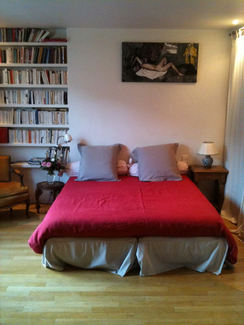 Boule rouge guest room double bed