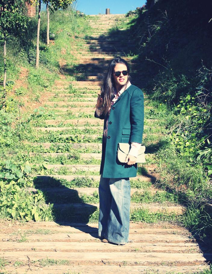 Look abrigo verde + camisa flores