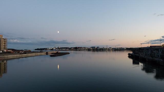 El puerto de Helsinki en una noche blanca
