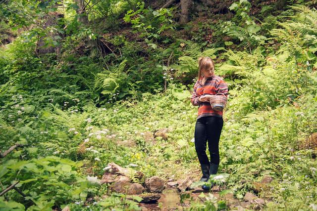Con su canastita por el bosque