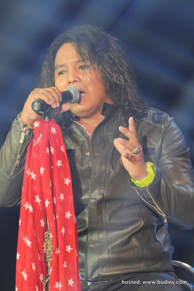 Uchop yang menyanyikan lagu 'Biasan', lagu asal To'ki