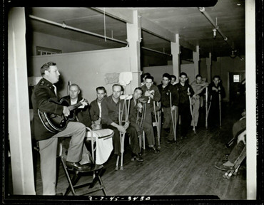 Gene Autrey entertaining veterans at a military hospital, 1945