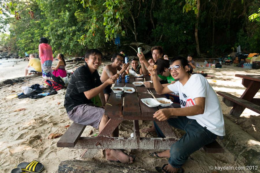 малазийцы, малайцы на пляже