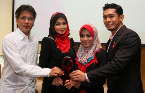 Siti Nurhaliza Lelong Tudung Fareeda Bantu Pesakit HIV AIDS
