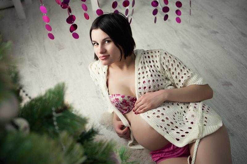 Фотосессия беременности в интерьерной студии