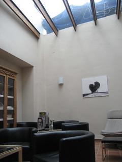 """Aspecto del interior del coqueto Hotel Montehuéznar, en El Pedroso y único de la Sierra Norte con """"spa""""."""