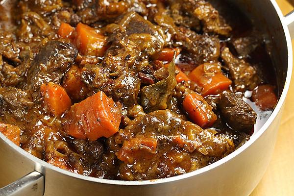紅酒燉牛肉 Boeuf Bourguignon/ Beef Burgundy 。拯救小廚房的烤箱100道-121205