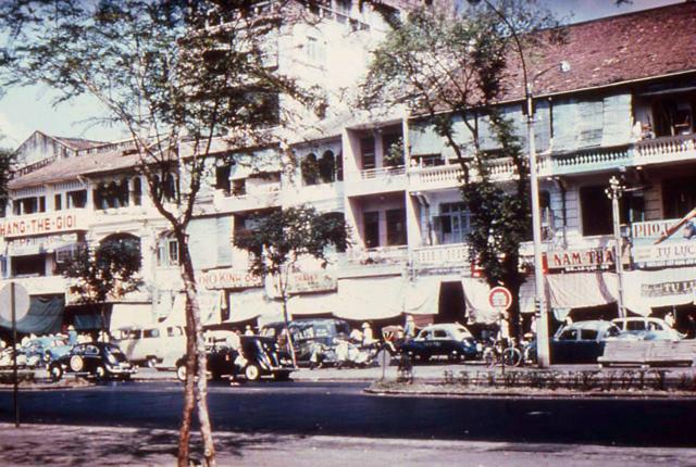 SAIGON SCENES FROM THE EARLY 1960s - đường Lê Lợi, gần ngã tư LL-Công Lý