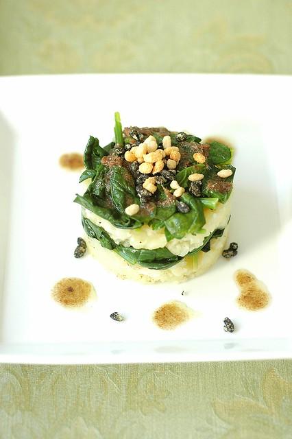 Tortino di patate di montagna e spinaci con crunchy nero di seppia e aglio