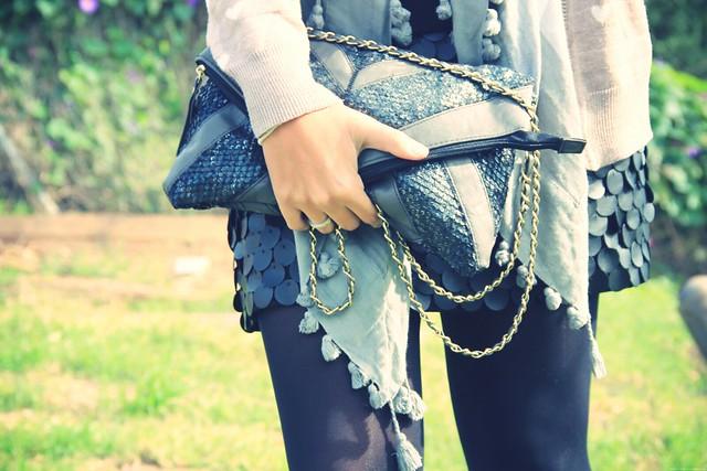 Look falda cuero + cardigan corazones
