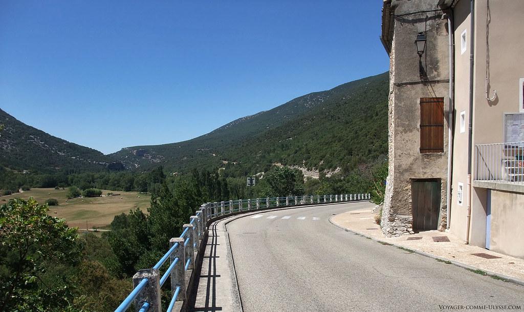 La D40, qui passe devant le village.