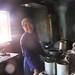 sourire d'une femme Bulang dans un atelier de compression à Mengku