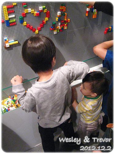 121202-一對寶在樂高牆前各自努力