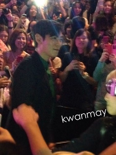 TOP-stagegreeting-premiere-HongKong-20140927_(25)