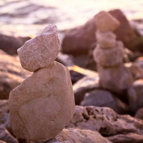 Сегодня я наконец-то увидела человека, который складывает в пирамидки камни на набережной
