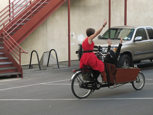 Emily Finch gives Ricki Lake a bakfiets ride