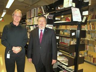 Miguel Torrens y Cónsul General en la entrega de Libros a Bibliotecas Universitarias en Toronto