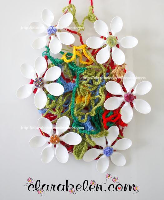 Reciclaje de cucharas para hacer una corona con lana tejida para decorar