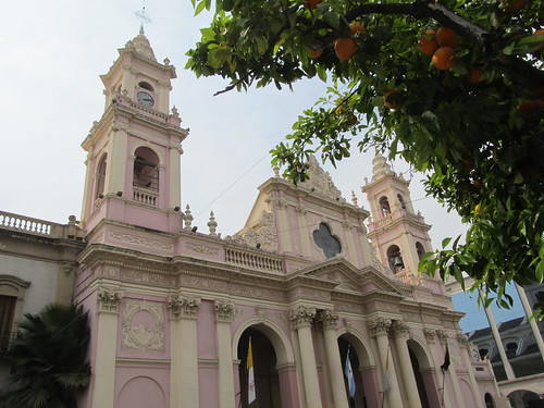 Salta: la Plaza 9 de Julio, sa cathédrale et ses mandariniers